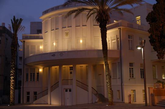מבט מקרוב על בית העירייה הישן של תל אביב. שני הדקלים בצידי המדרגות מקבלים גם הם נגיעה של אור, המדגישה אותם.