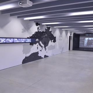 """חדר התצוגה של ביתן 27. התאורה משתלבת עם המסר האכזרי של """"התעמולה הנאצית"""""""