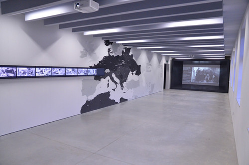 מרכז המבקרים, ביתן 27, אושוויץ. תאורה קרה וסטרילית, מייצרת אווירה מנוכרת וקשה.