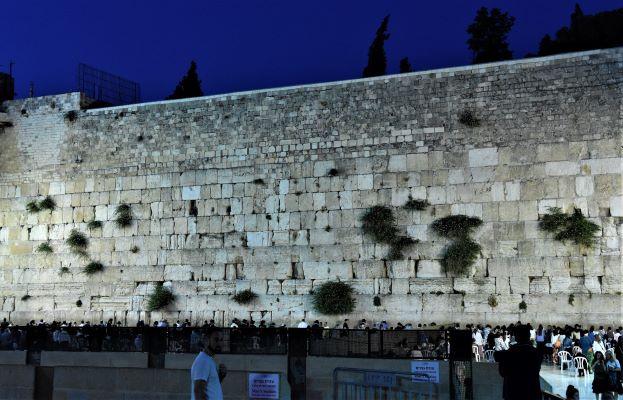 רחבת הכותל תמיד מלאה מתפללים. האור על הקיר העתיק דולק בכל שעות החשכה.