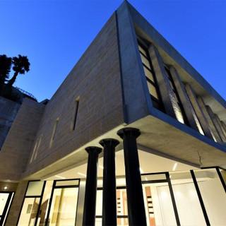 מבט מלמטה על מבנה בית הכנסת. שמי-ערב כחולים.