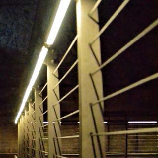 תמונת תקריב על תאורת המעקה הנסתרת בבריכות המים, בקצה המסלול של מנהרות הכותל