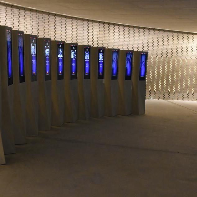 אור לא-ישיר על קירות היכל השמות, כשבמרכז עמדות-מידע ממוחשבות