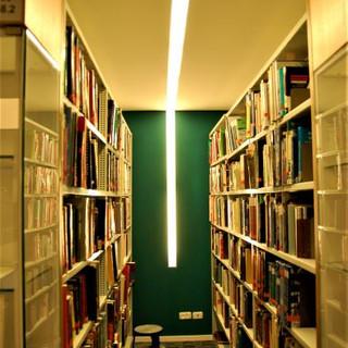 תאורה בהירה, גוף שקוע תקרה, בין מדפי הספרים