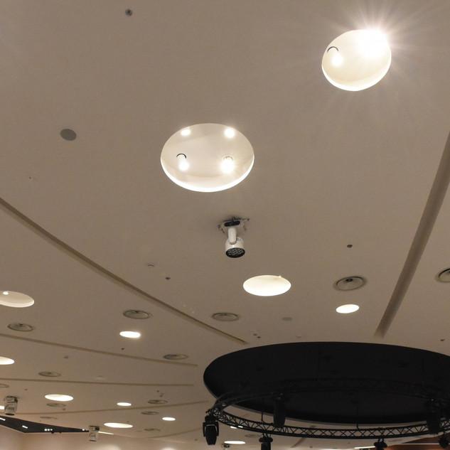 תקרת האולם מוארת באור לבן