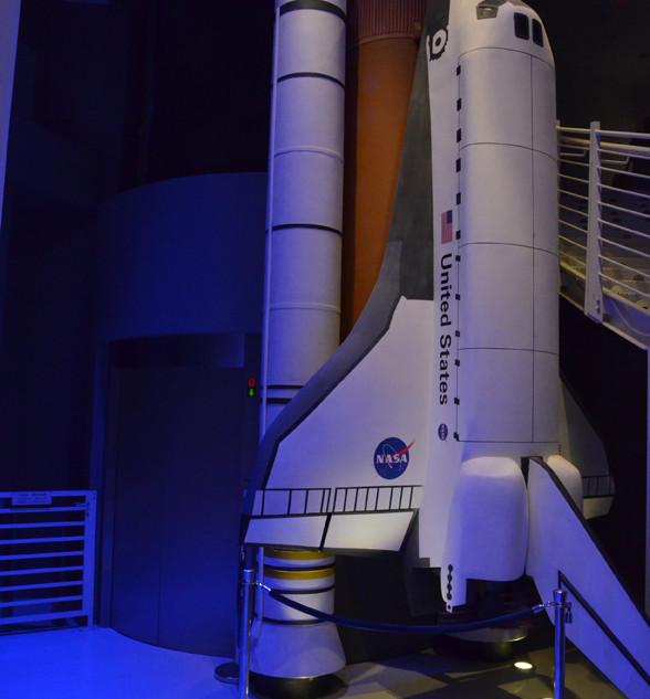 דגם של ספינת החלל. אור כחול בשילוב אור חמים, יוצרים אפקט עוצמתי