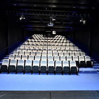 תאורה נסתרת המאירה רק על כיסאות האולם, ויוצרת קו ויזואלי נקי