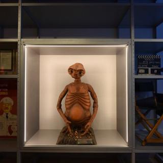 בובת אי.טי מהסרט המפורסם של סטיבן שפילברג בתוך ויטרינה מוארת