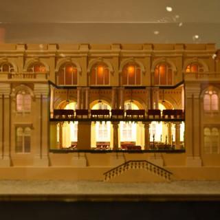 תאורת-פנים של מודל בית הכנסת. נורות לד קטנטנות הושמו בתוך השנדלירים של האולם המרכזי. המקום נראה מואר וחגיגי.