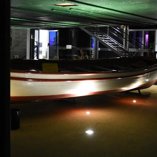 תאורה ייחוידת על סירה המוצגת במוזיאון. גופי תאורה שקועי רצפה