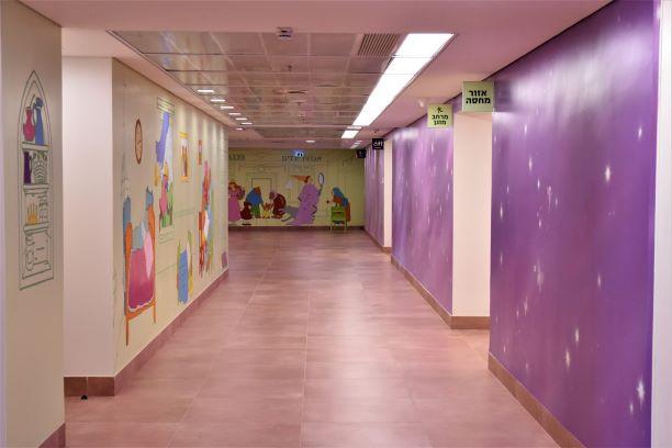 מסדרון מצוייר מואר באור רך