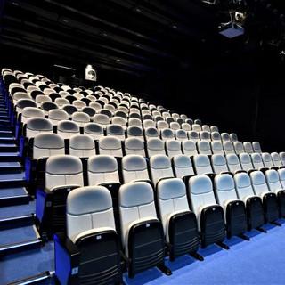 תאורה נסתרת - המאירה את כיסאות האולם מבט מן הצד