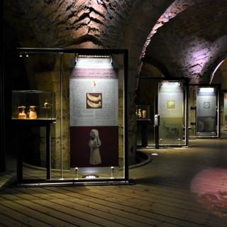 אולם התצוגה הראשי, המידע למבקרים מואר בתאורה ממוקדת