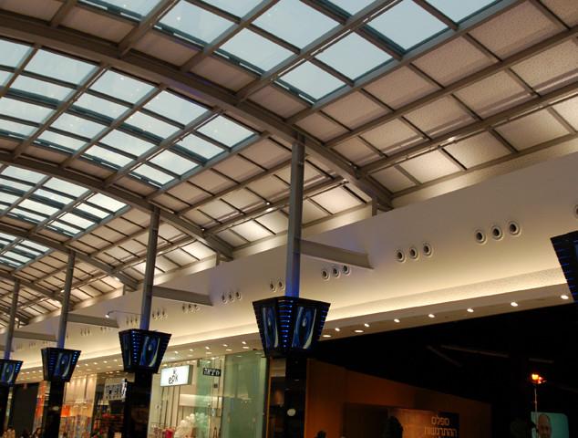 קו החיבור בין הקיר לגג הזכוכית, גופי תאורה המאירים מעלה