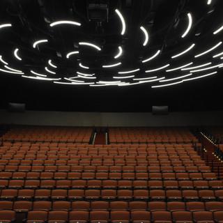 אולם ויקס - רוזטה של אור מעל למושבי הקהל