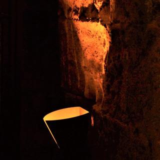 גוף תאורה מיוצר-במיוחד, מדמה לפיד הצמוד לקיר