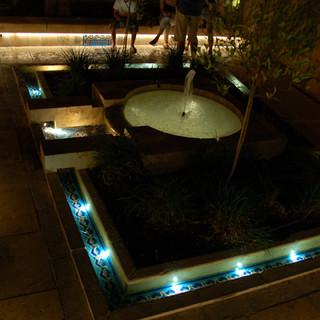 בריכת מים מהתקופה העותומאנית, גופי תאורה מוגן-מים לבריכות, המשתלב באלמנט העתיק