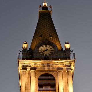 תאורת צריח המגדל, מדגישה את האלמנטים הייחודיים של המבנה.