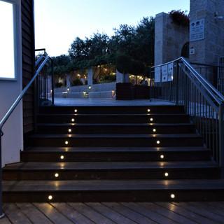 גרם המדרגות מואר בצורה סימטרית בגופי תאורה שקועים