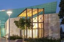 אולם התרבות מהצד, קונסטרוקציית עמודים מברזל, בין לבין זכוכית, ומאחור תאורה מתוך הבניין שמאירה החוצה