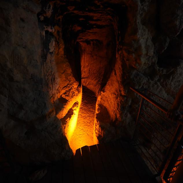 עומק נקבת השילוח מואר באור בוהק