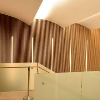 תאורה נסתרת בתקרה, תאורה ניצבת, משולבת בקיר עם חיפוי עץ.