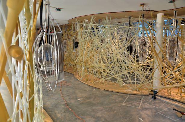 קונסטרוקציה ייחודית של במבוק ועץ, שמתעקלת ומקיפה את החדר