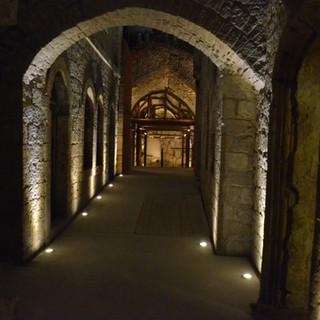 דרך הכניסה המקורה לאולם הגדול, גופי תאורה שקועי רצפה משני צידי המדרכים. בעומק נראים ברזלי הקונסטרוקציה התומכת של תקרת ועמודי האולם