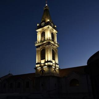 השמים מעט בהירים, האור על מגדל מנזר סן סלוודור נראה קסום וזהבהב