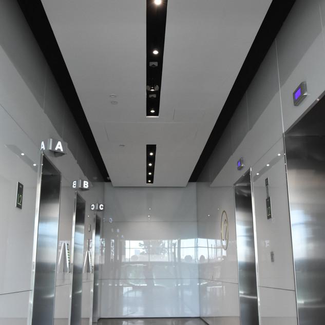 מבואת מעליות. תאורה שקועה בתקרה