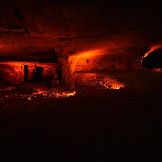 קירות המערה מאורים ונותנים למקום מראה קסום
