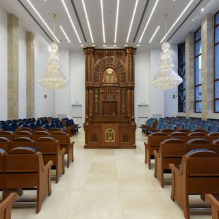 מבט מגבוה על בית הכנסת. אור בהיר שוטף את החלל.