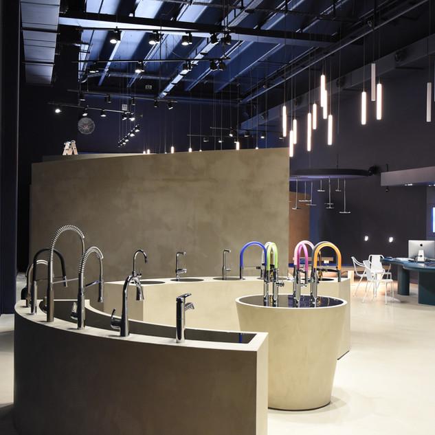 ברזים למטבח וברזים למלקחת בעיצוב ייחודי מוארים בחדר התצוגה