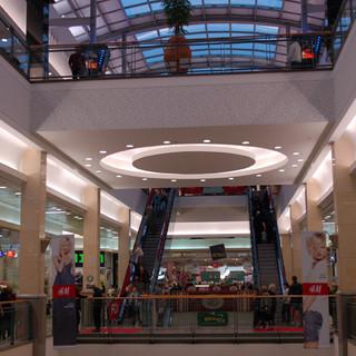 אלמנט עגול מואר בתקרה, ומצדדיו - הכניסות לחנויות מוארות ומודגשות