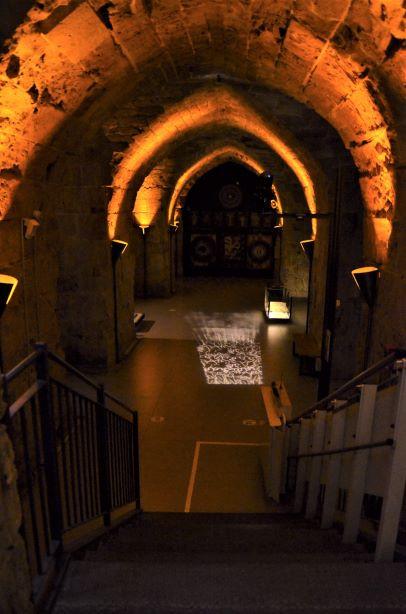 מדרגות היורדות מטה, ותקרה מוארת באור דמוי לפידים
