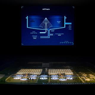 תצוגה במרכז המבקרים - אור ממוקד על המוצג - שאר האיזור מוחשך