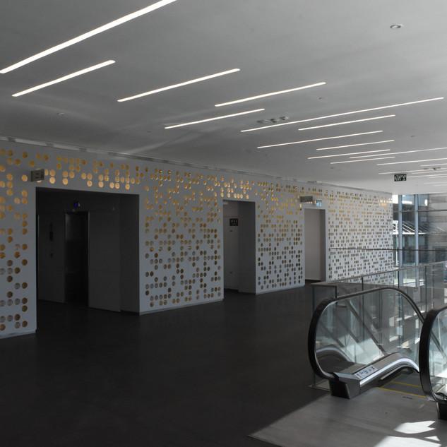 תאורת תקרה בלובי המעליות. פסי אור באורכים שונים