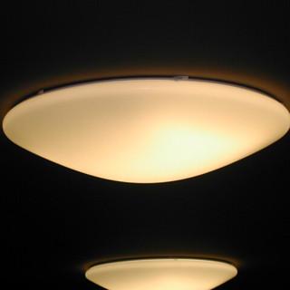 מבט מקרוב. גוף התאורה החלבי התלוי על התקרה