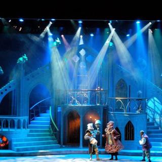 הדמויות המתגוררות בארמון. אלומות אור בכחול, תכלת וירקרק. אווירה מסתורית.