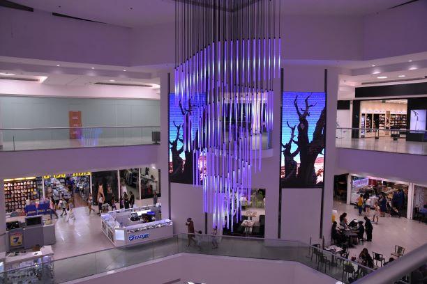 שנדליר ייחודי מצינורות זכוכית במרכז הרחבה של הקניון. אקסלוסיבי מאוד