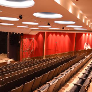 האודיטוריום- במבט מלמעלה לכיוון הבמה. התאורה יוצרת אווירה חגיגית