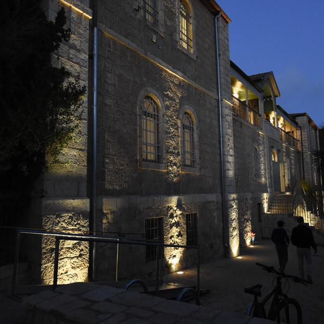 בית הנסן מואר בערב, מראה מהצד
