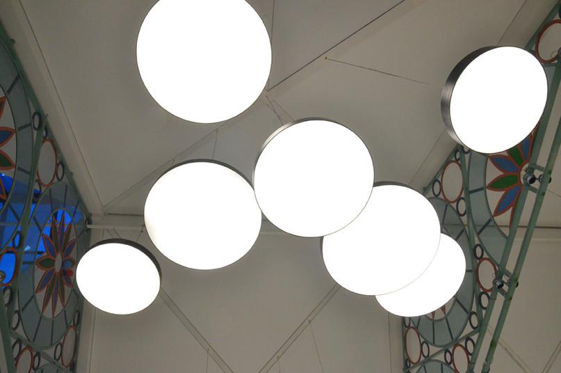קניון בת-ים, פרט של תאורת תקרה, עיגולי אור בגדלים שונים.