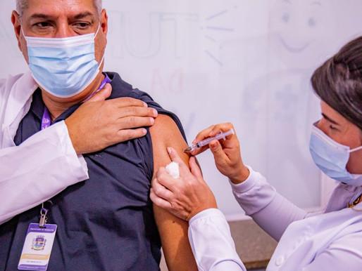 Em Mesquita um dos primeiros a se vacinar foi o próprio secretário de saúde