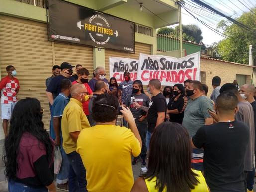 Artistas e donos de bares fazem manifestação na porta da Câmara de Queimados