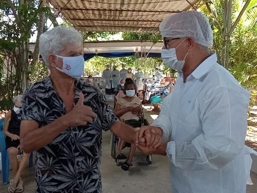 Caxias aplica a primeira dose da vacina contra a Covid em asilos e abrigos municipais