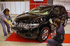 海外自動車ショーでのメンテナンス洗車の様子