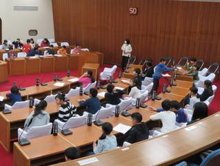議場を使った小学生の総合学習発表会