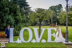 scritta gigante love iniziali sposi
