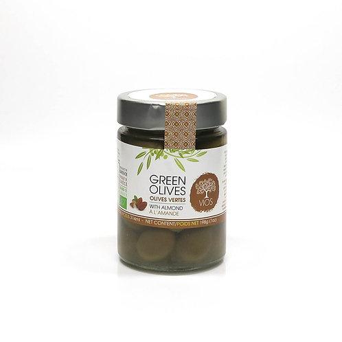 Grüne Olive in Salzlake gefüllt mit Mandeln